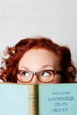 Lana leest een huisvrouwenboek