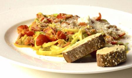 Recept: Courgetti met pesto, tomaat en spekjes