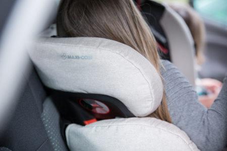 Drie kinderen in autostoelen op de achterbank : Hoe?
